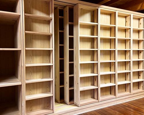 杉のスライド書棚